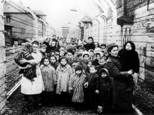 К дню освобождения Освенцима в лагере оставалось 611 детей.