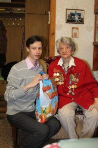 Коммунисты поздравили с Днем Победы почетного гражданина Макеевки, бывшую узницу Освенцима Ларису Симонову
