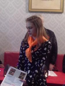 Победитель Всероссийского литературного конкурса, ученица 8 класса ( школа № 55, г.Горловка) Виктория Жук читает ветеранам и гостям свои стихотворения