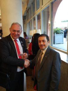 После беседы дружеское рукопожатие Б.Литвинова и Министра Советника Посольства Республики Эль-Сальвадор Юрия Павла Сантакруз Пердемо.